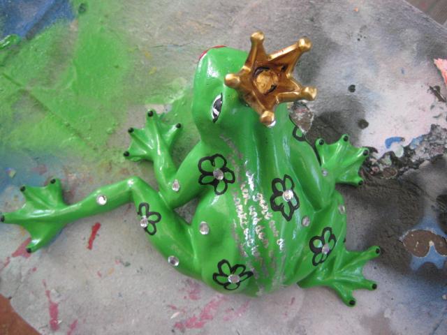 Kleiner Frosch mit Blüten