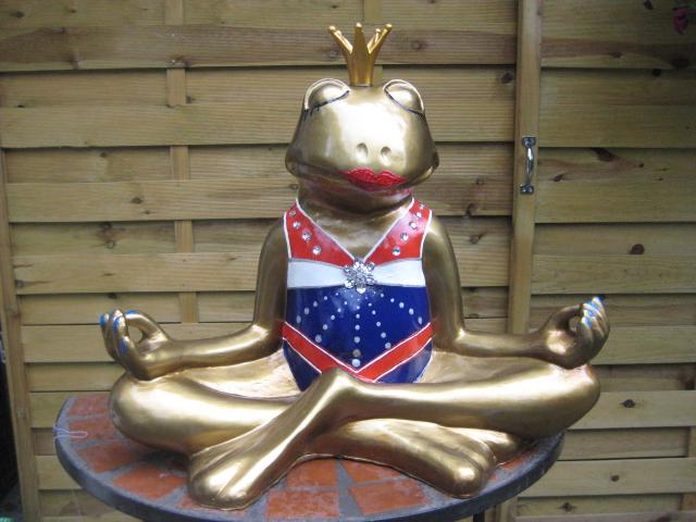 Yoga-Frosch mit Cheerleader-Dress