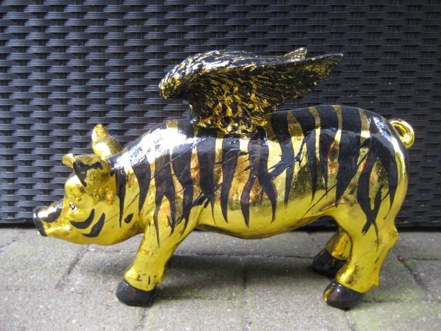 Goldenes Flügel-Sparschwein im schwarzen Tiger-Look