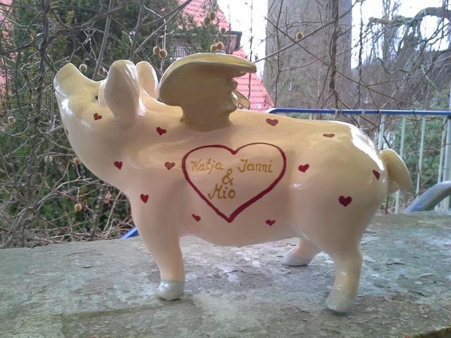 Hummel-Schwein mit vielen Herzen