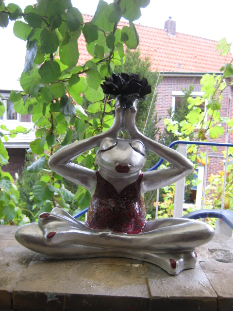 Silberner Yogafrosch