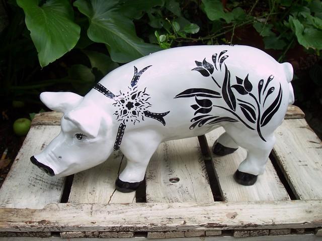 Glücksschwein mit Blütenranke